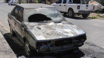 un auto se prendio fuego en plena calle en el barrio arevalo: investigan si fue intencional