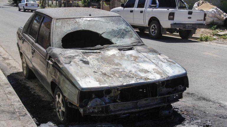 Misterio en el barrio Arévalo: un auto apareció quemado en plena calle