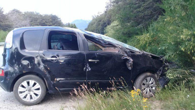 Una mujer perdió el control de su auto y volcó camino a Villa La Angostura