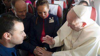 el papa caso a dos tripulantes de latam en pleno vuelo