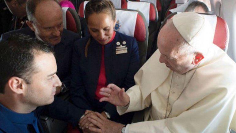 El Papa Francisco casó a dos tripulantes de Latam en pleno vuelo