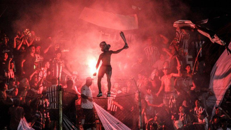 Tribunas llenas y felices gracias al gol de Germán Weiner.