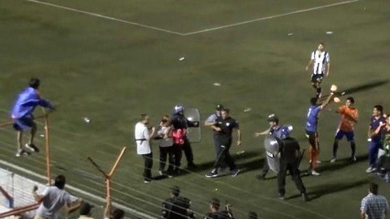 Lamentable agresión de los jugadores de Roca tras quedar eliminados de la Copa Argentina