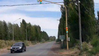 Enojado por el mal funcionamiento de un semáforo