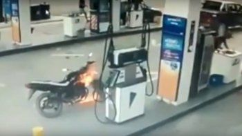 Se le prendió fuego la moto cuando cargaba nafta y casi provoca una tragedia en Godoy