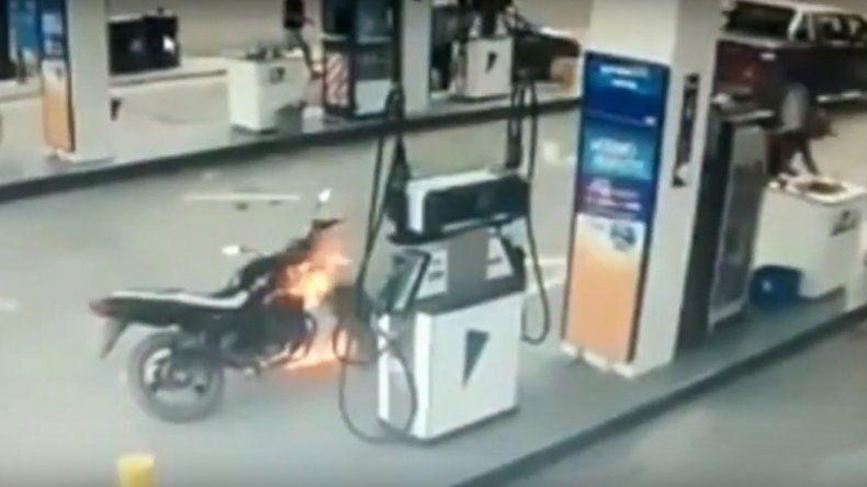 Se le prendió fuego la moto cuando cargaba nafta y casi provoca una tragedia