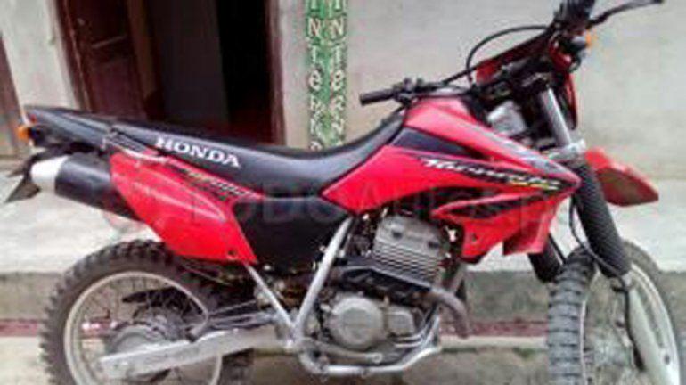 Delincuentes le robaron la moto y pide colaboración para encontrarla
