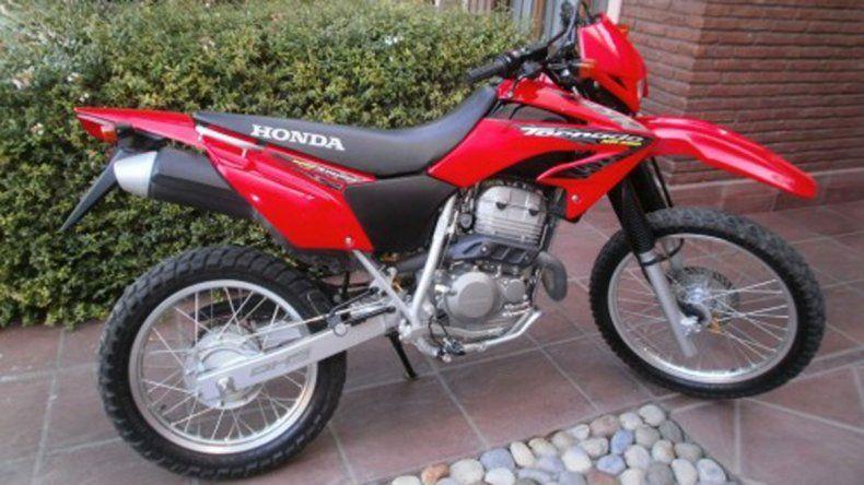La moto robada es una Honda Tornado de color rojo.
