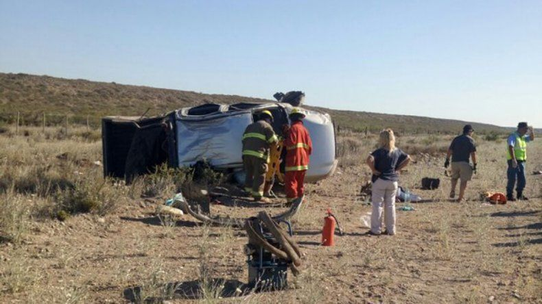 La camioneta volcada sobre la banquina resultó con importantes daños.