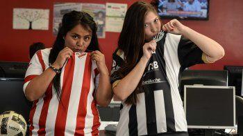 Gisela y Giuliana, del Rojo y Cipo, la fiesta del fútbol se vive en la tribuna.