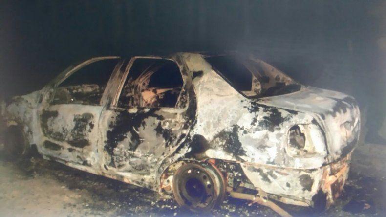 Apareció otro vehículo robado, sin motor ni butacas y envuelto en llamas