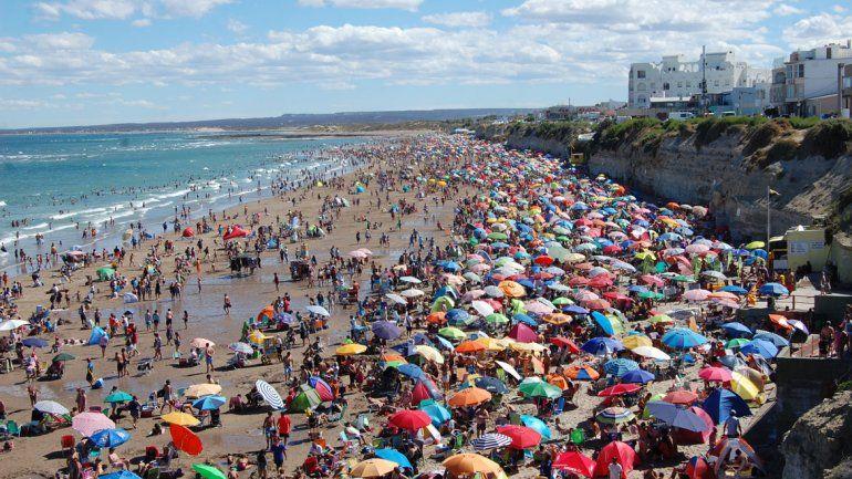 La playa lució colmada a pesar de la caída en el nivel de reservas por las visitas desde ciudades cercanas.