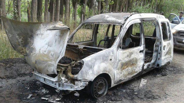 La Renault Kangoo quedó totalmente destruida por la acción de las llamas.