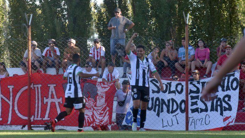 Piñero y la alegría de haber sido gran protagonista en el partido en Neuquén.