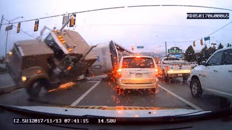 Un camión pasó un semáforo en rojo y provocó un espectacular choque