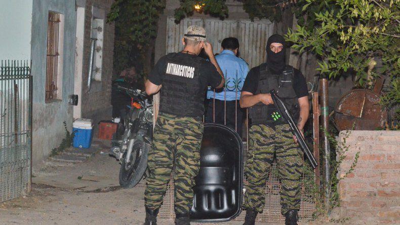 La Policía neuquina realizó un megaoperativo en el barrio cipoleño Pichi Nahuel. El domicilio allanado está ubicado en la calle América.