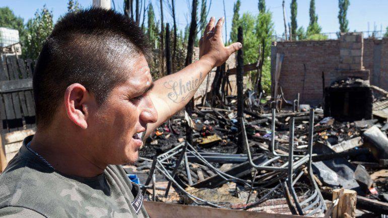 Un incendio consumió su casilla y lo perdieron todo