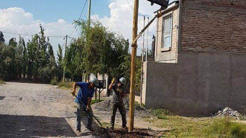 La empresa Edersa arrancó con los trabajos de electrificación en el barrio cipoleño Juventud y Desarrollo.