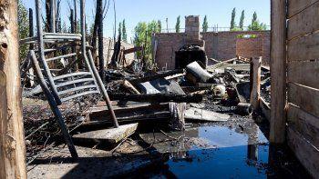 La vivienda de la toma 2 de Febrero se consumió por el voraz incendio.