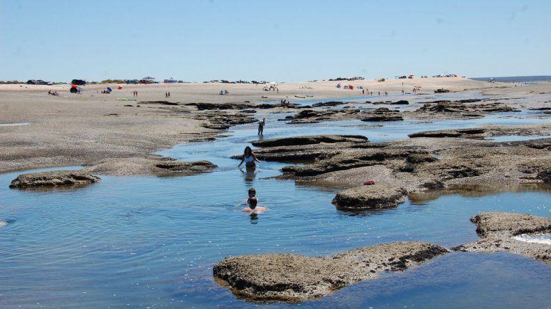 El mar inunda una zona rocosa y crea huecos en la playa de SAE.