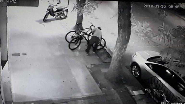 Robó una bicicleta y lo escracharon en Facebook