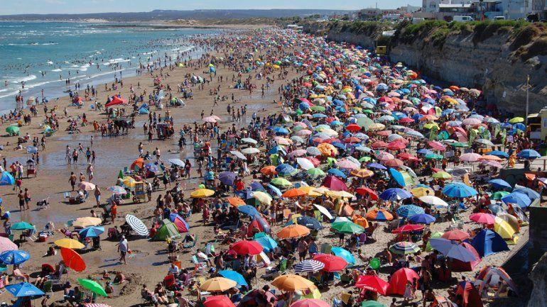 La playa lució colmada durante los fines de semana y algo más despejada de lunes a jueves.