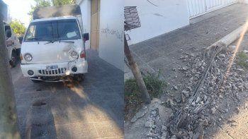 Un camión que presta servicio a la Muni chocó contra un poste de luz