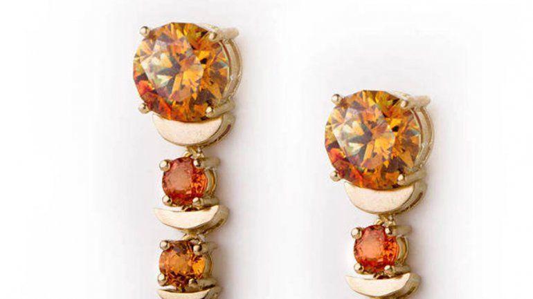 Fracchia tiene su propio showroom en Madrid, pero también participa en diversos eventos. Utiliza gemas poco conocidas para crear los aros que luce la reina Letizia.