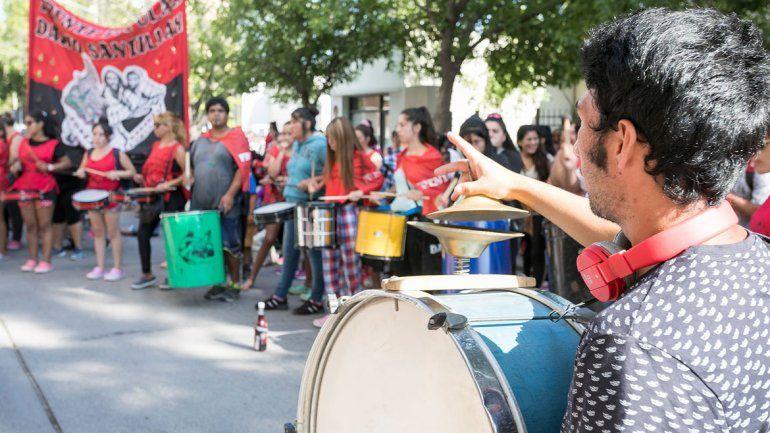 El Frente Darío Santillán protestó durante la mañana de ayer frente al edificio municipal de calle Yrigoyen.