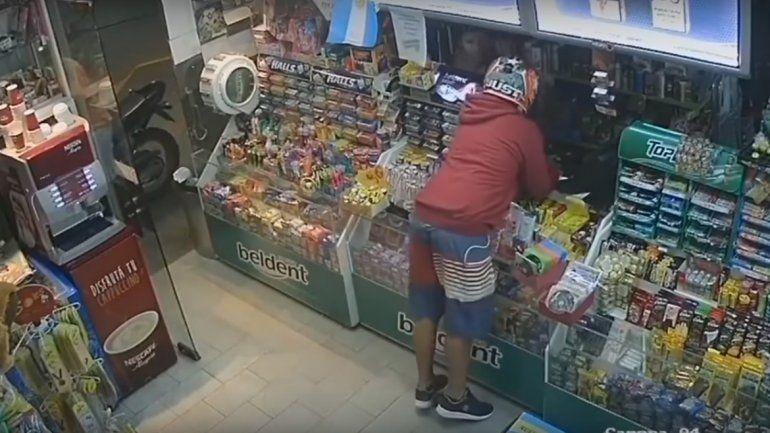 En moto y armados: así roban un kiosco en pleno centro cipoleño a la vista de todos