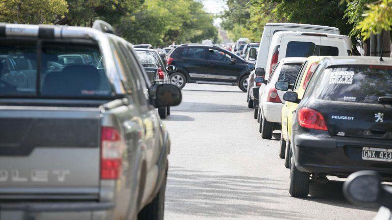 Las cuadras cercanas al casco céntrico ahora lucen colapsadas por la cantidad de vehículos estacionados.