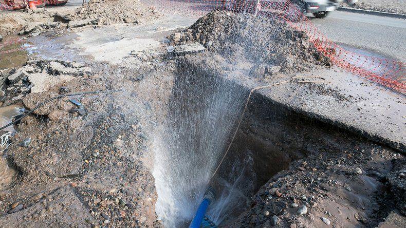 Una gran pérdida de agua potable se registró en la calle Tres Arroyos.