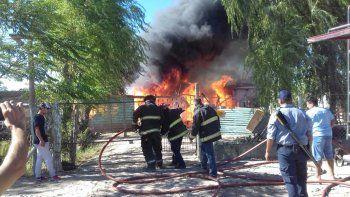 Así fue el voraz incendio que consumió tres viviendas