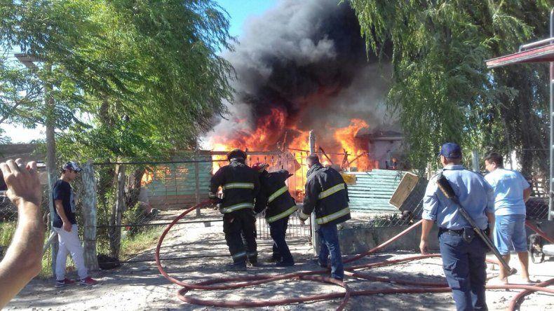 Mirá las impresionantes fotos del incendio que consumió tres casillas en la toma 10 de Febrero