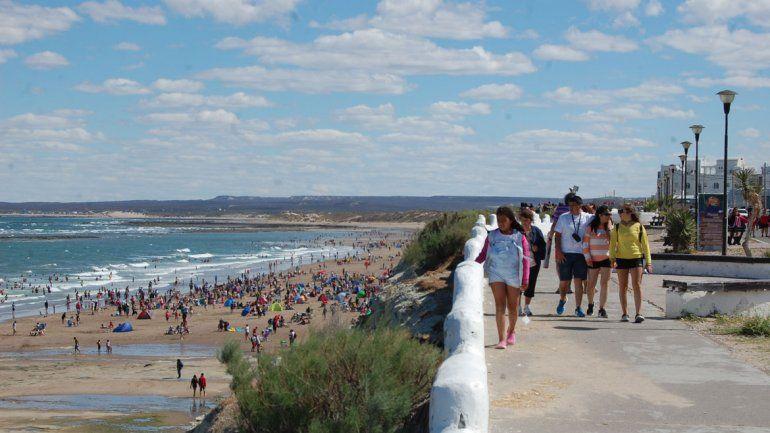 Ayer estuvo frío y muchos turistas prefirieron pasear por la villa en lugar de bajar a la playa.