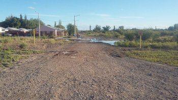 Bronca: se rompió un caño y viven con una laguna en medio de la calle