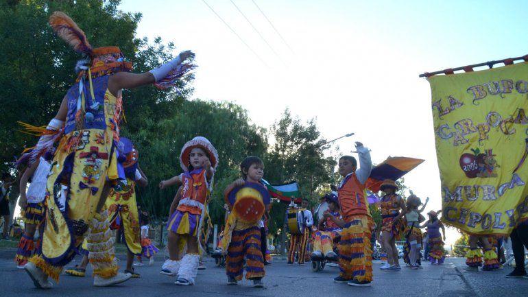 Los niños y los grandes que participan de las murgas lucieron el colorido de sus atuendos y mostraron el talento que tienen para el buen ritmo y la alegría. También hubo clases de baile.