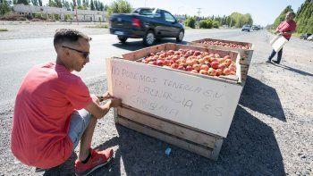chacareros tiraran mas de 50 mil kilos de fruta en la rotonda