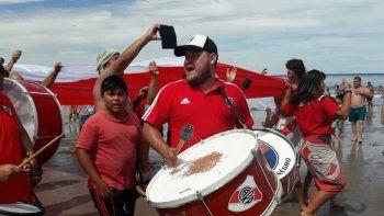 Cipoleños hinchas de River salieron con su bandera y coparon la playa