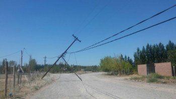 El vehículo se llevó por delante el cableado y echó abajo los postes.
