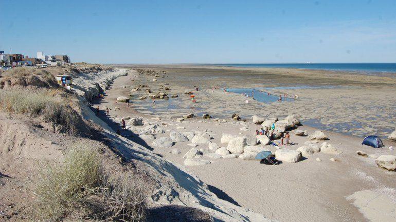 La gran restinga de Terraza al Mar tiene una pileta cavada con máquinas en la que suelen jugar los más pequeños. El lugar es muy elegido por familias.