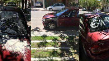 Le manchó el auto con harina y labial por estacionar en su garage
