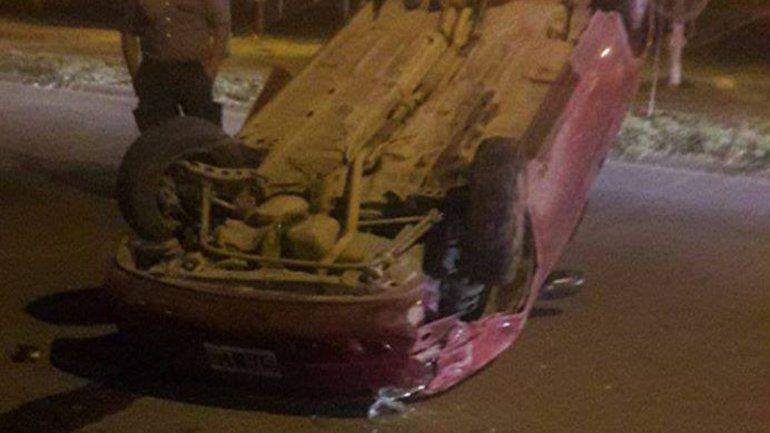 Un conductor se distrajo y volcó en el barrio San Pablo: no hay heridos