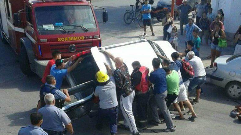 Rescataron a tres personas atrapadas en su camioneta tras un impactante vuelco