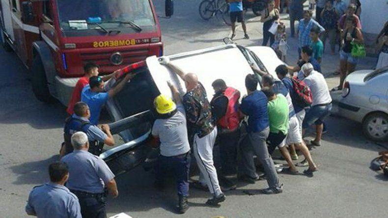 Los vecinos se sumaron a los bomberos para dar vuelta la camioneta.