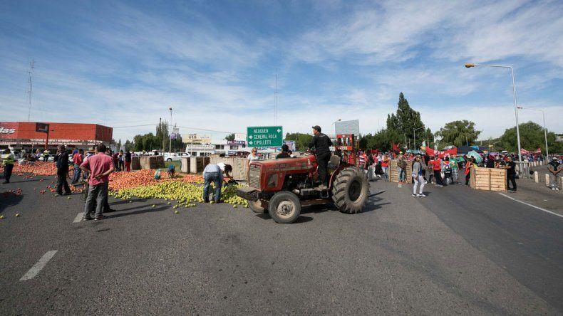 Los productores y el Frente Popular Darío Santillán encabezaron la protesta en la rotonda