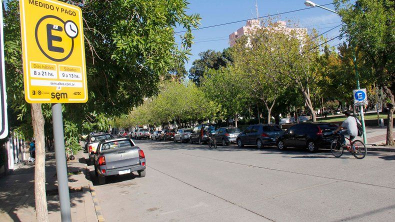 El estacionamiento pago en la zona centro todavía sigue motivando reclamos. En la comuna afirman que se trata de un proceso de acostumbramiento.