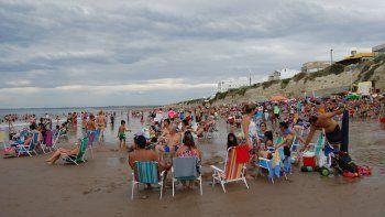 Ayer fue un día gris, pero la temperatura trepó hasta los 30º y una multitud bajó a la playa. Los comerciantes aprovechan los últimos días de temporada.
