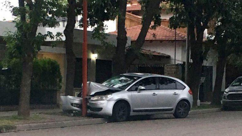 Un adolescente circulaba a toda velocidad y se estrelló contra un poste de luz