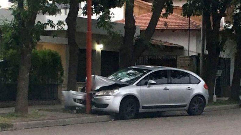 El Citroën C4 quedó incrustado en una columna de alumbrado público.